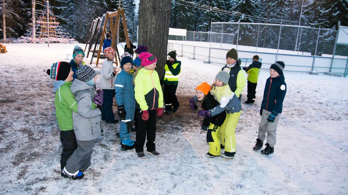 Oppilaita talvella koulun pihalla välitunnilla.