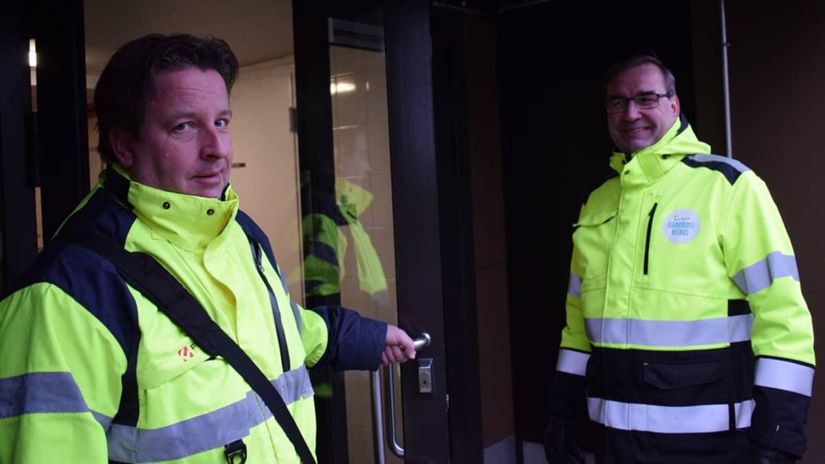 Hallituksen puheenjohtaja Toni Aalto ja isännöitsijä Kimmo Salo kertovat Petreliuksenpuiston olevan nyt savuton taloyhtiö.