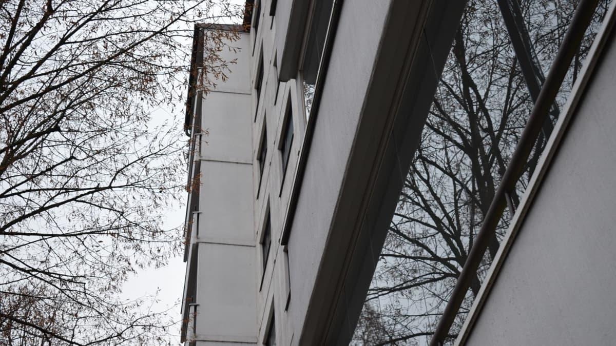 Asunto-osakeyhtiö Petreliuksenpuiston parvekkeilla ei enää saa sauhutella.