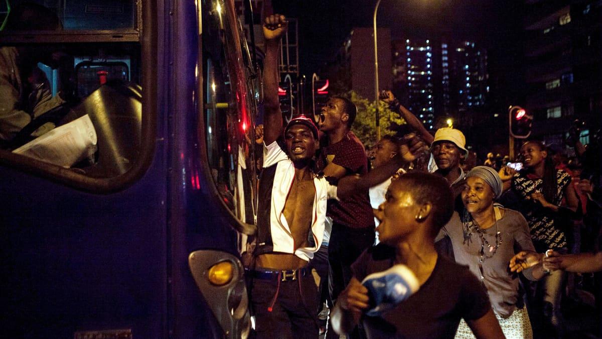 Johannesburgin zimbabwelaiset juhlivat Mugaben eron johdosta 21. marraskuuta.