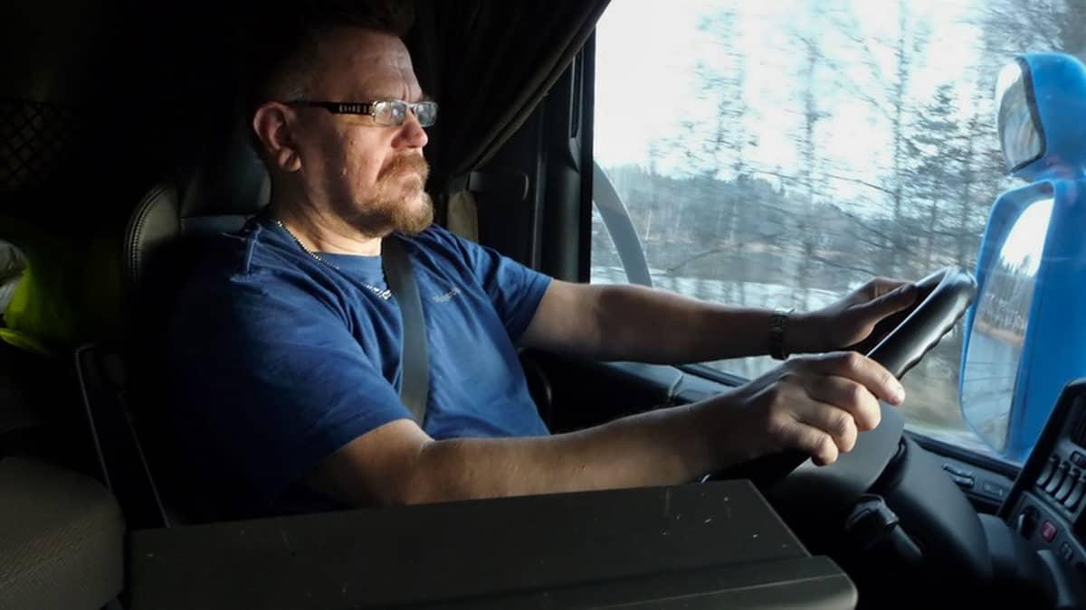 Autonkuljettaja Harri Laurikainen HCT-rekan ohjaimissa