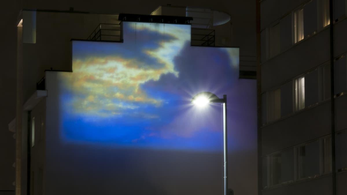 Valotaideteos kerrostalon seinällä Näsilinnankadulla
