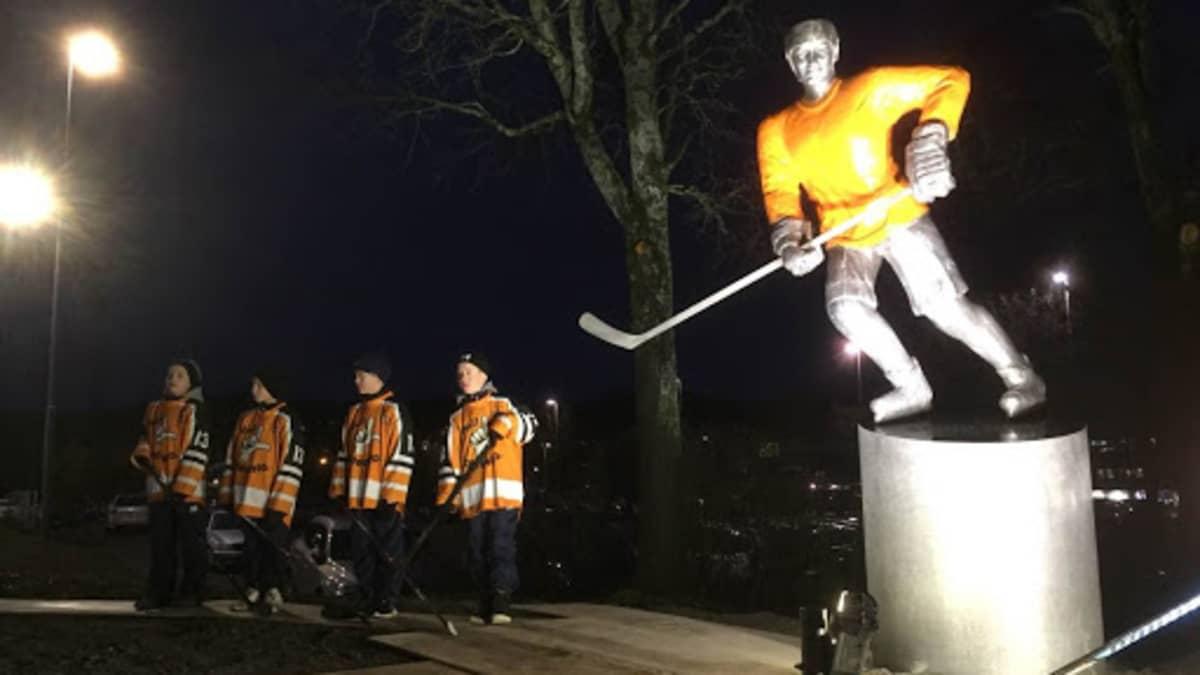 Erkki Laineen näköisptsas Lahden jäähallin edustalla.
