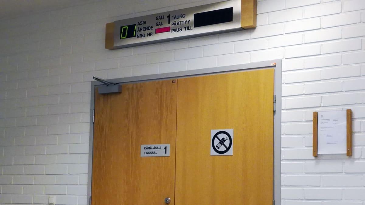 Käräjäoikeuden istosalin ovi