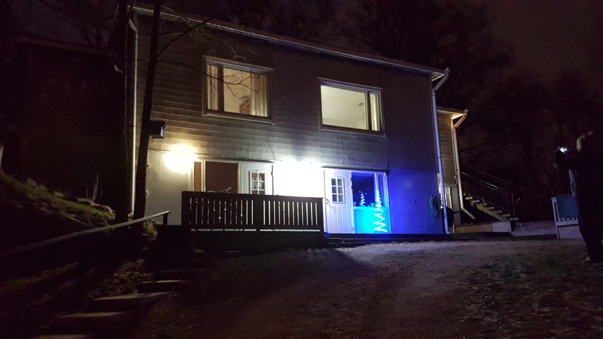 Juhlavalaistu omakotitalo Helsingissä
