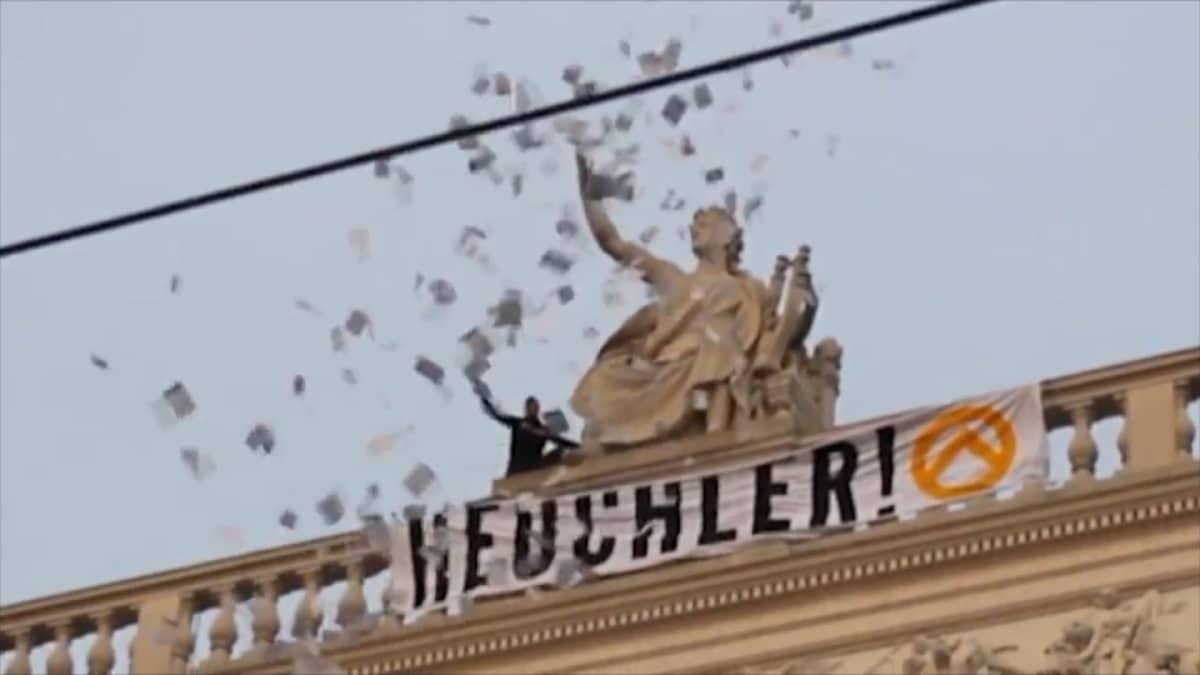 """Identitaarit kiinnittivät Wienin Burgthetarin katolle banderolline: """"Hurskastelijat""""."""