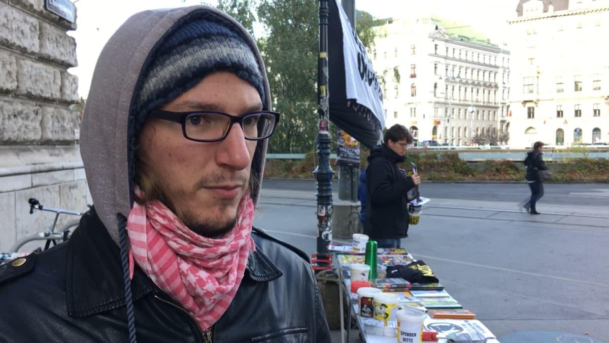Wieniläinen vasemmistoaktivisti Jakob pitää identitaareja uusfasistisena liikkeenä.