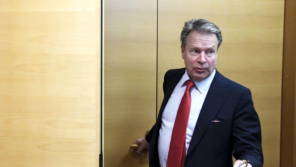 Puolustusvaliokunnan puheenjohtaja Ilkka Kanerva.