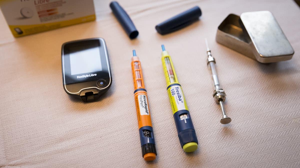 Diabeteksen hoidossa käytettäviä välineitä.