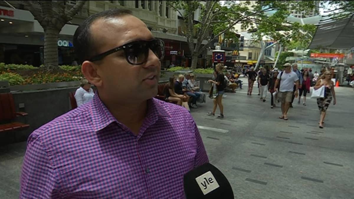 Kuvassa intialaistaustainen Sandeej Patel haastateltavana Brisbanen keskustan kävelykadulla.  Intiasta muuttaneen Sandeej Patelin mielestä Australia on kiristänyt liikaa maahantulosäännöksiä.