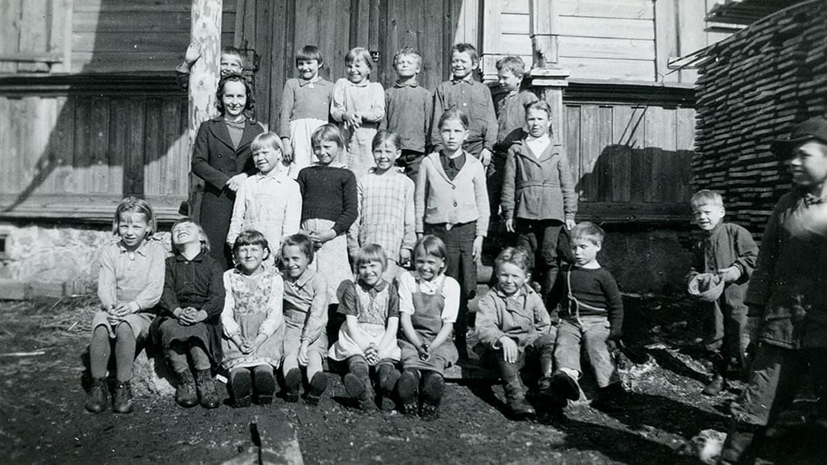 Sammatuksen koulu Aunuksen Karjalassa vuonna 1943