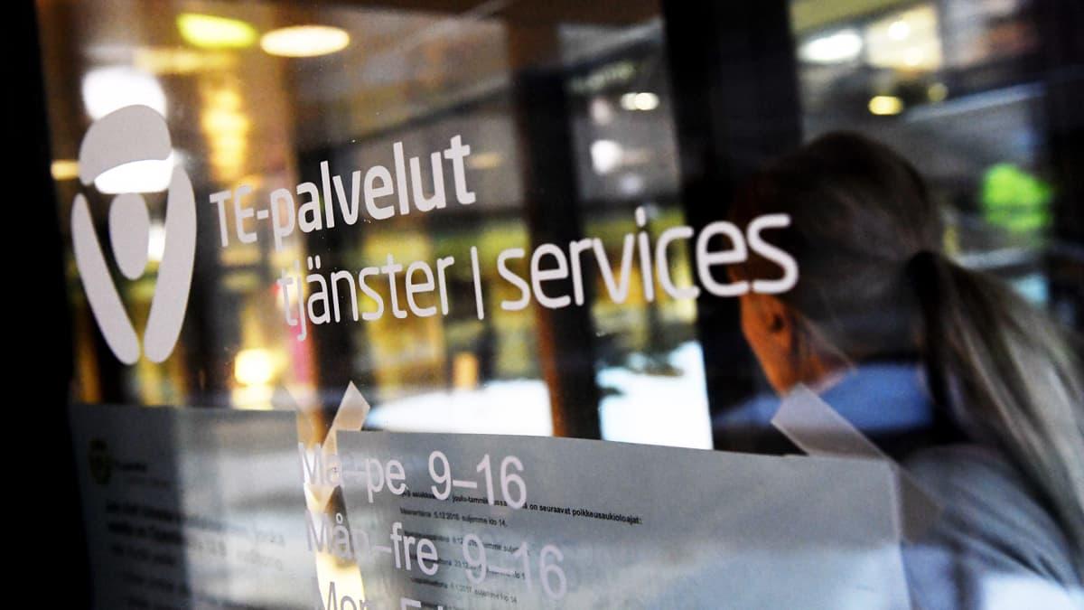 TE-toimiston ovi Pasilassa Helsingissä.