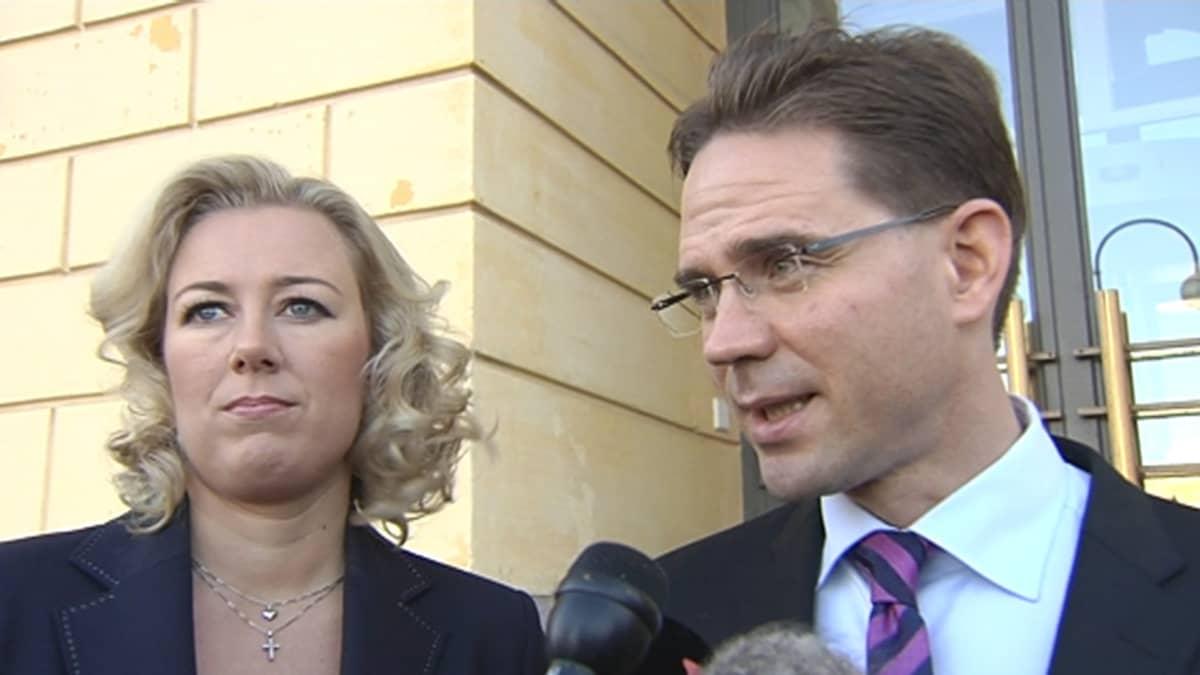 Valtiovarainministeri Jutta Urpilaisen ja pääministeri Jyrki Katainen median haastateltavana.