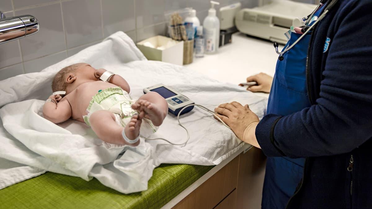 Oulun yliopistonsairaalassa tutkitaan vauvaa.