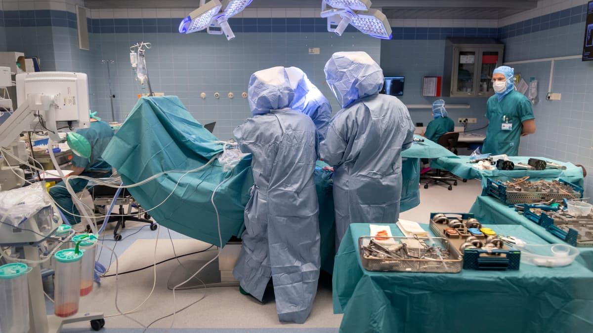 Leikkaus Porvoon sairaalan kirurgian osaston leikkaussalissa.