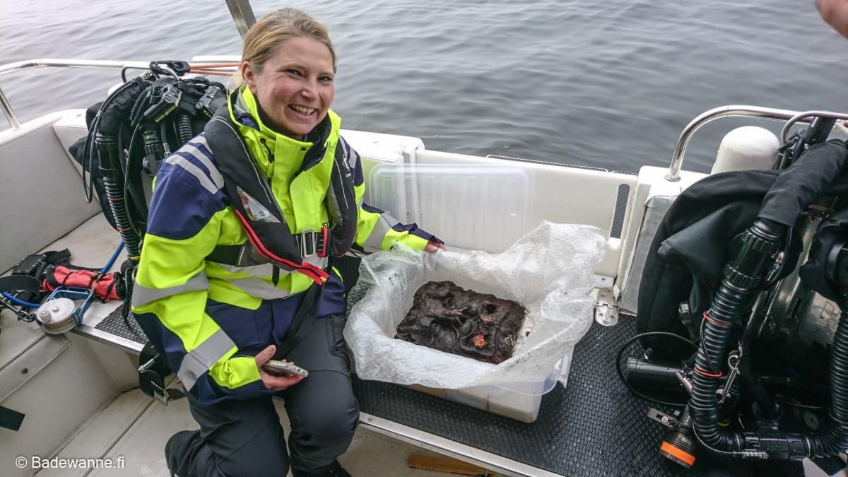 Meriarkeologi Minna Koivikko koki ikimuistoisen hetken, kun Badewannen sukeltajat nostivat leijonanpään pintaan.