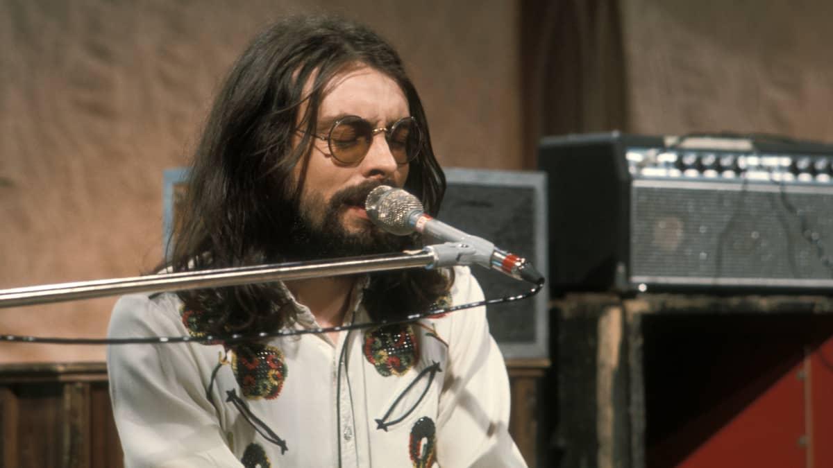 Jim Pembroke laulaa ja soittaa kosketinsoitinta vuonna 1974.