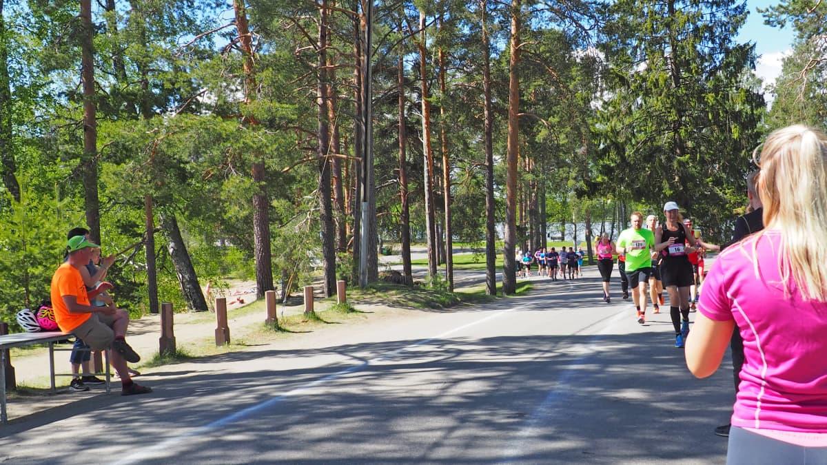 Pullukka Run 2017 osallistujia tulossa juomapisteelle.