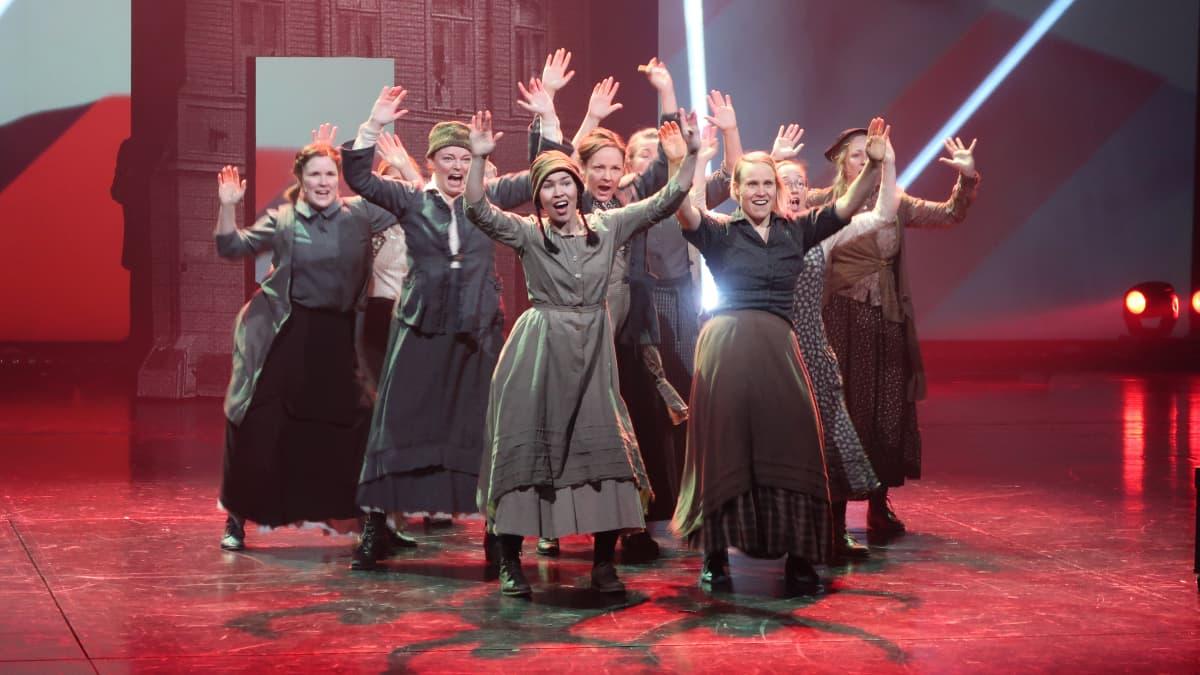 Tytöt 1918 on musikaali paitsi sisällissodasta, myös ystävyydestä ja rakkaudesta.