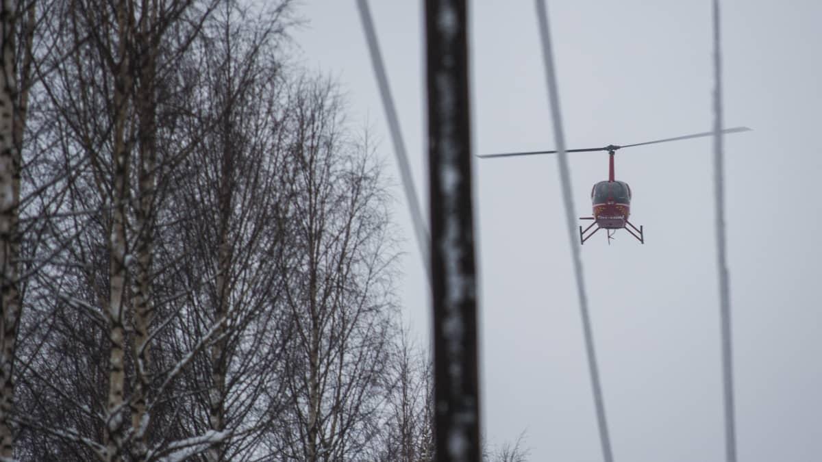 Helikopteri auttaa sähkökatkojen korjaamisessa Pohjois-Savossa.