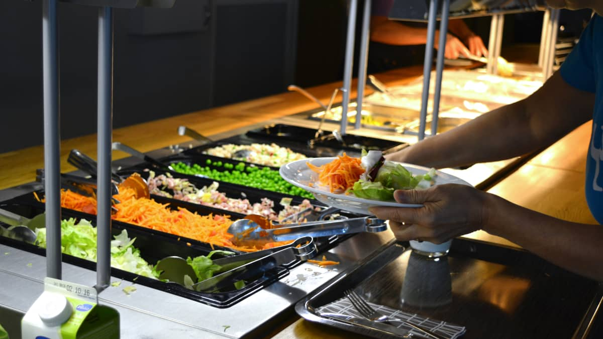 Ruokalinjastolla on tarjolla laaja salaattipöytä.