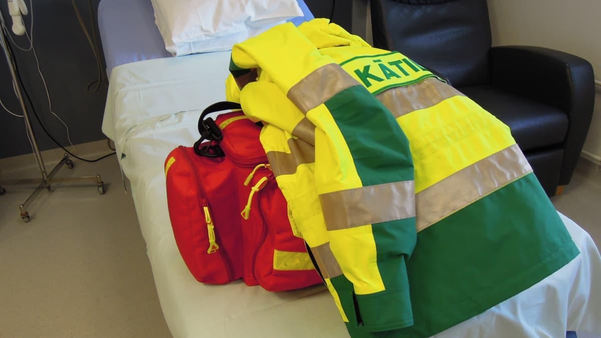 Tien päälle lähtevän kätilön varustukseen kuuluu takki ja matkasynnytyslaukku.