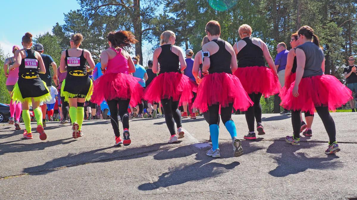 Pullukka Run 2017 osallistujia juoksemassa.