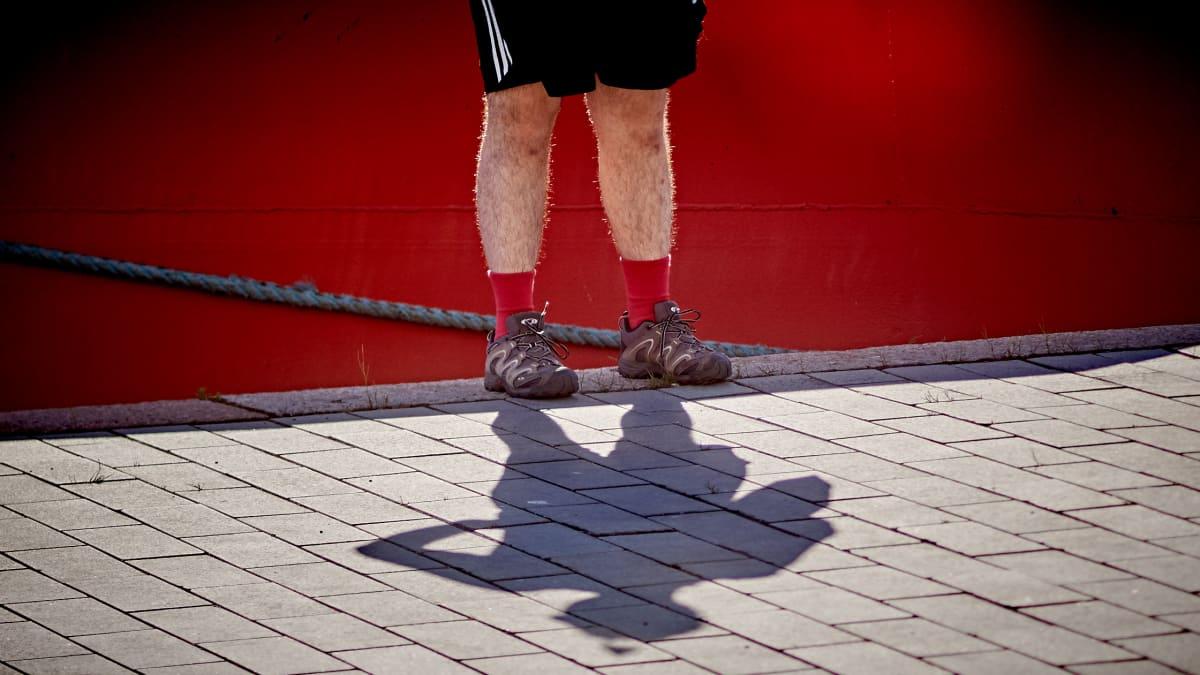 Miehen jalat