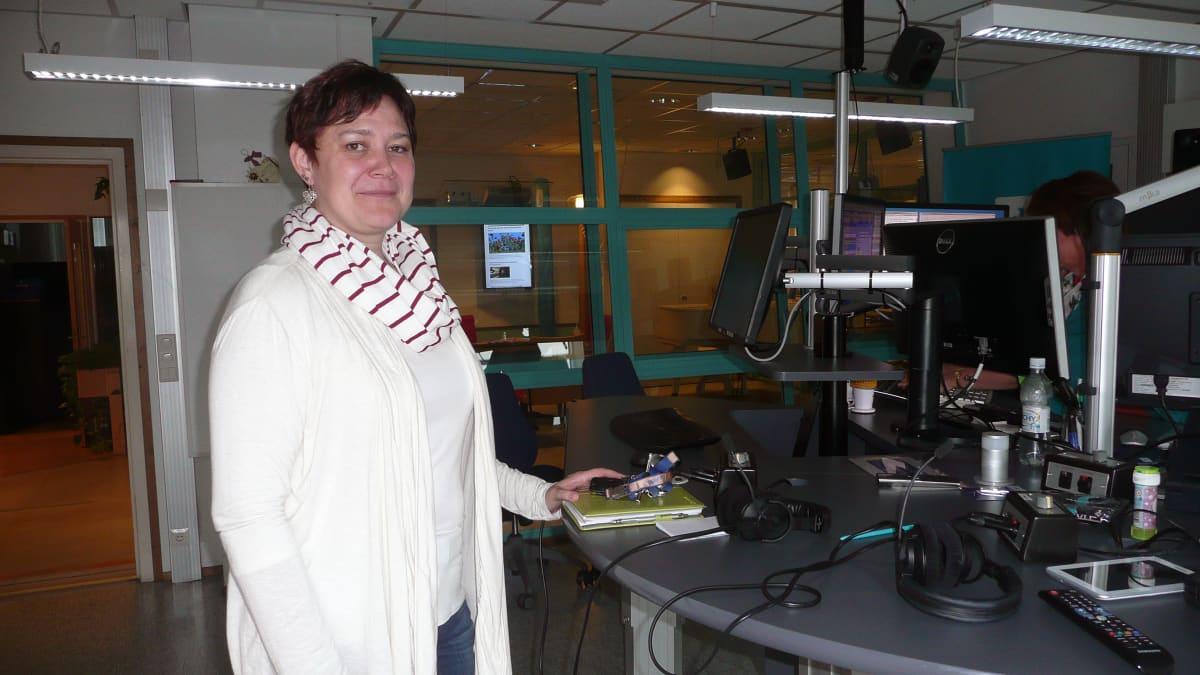 Nainen seisoo Tampereen Radion studiossa