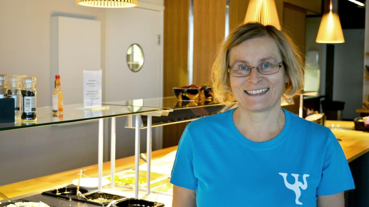 Mervi Mustonen seisoo ruokalinjaston edessä Kajaanin Mamsellin ravintolassa Kajateriassa.
