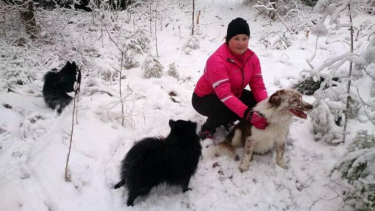 Heidi Hyytiäinen koiriensa kanssa