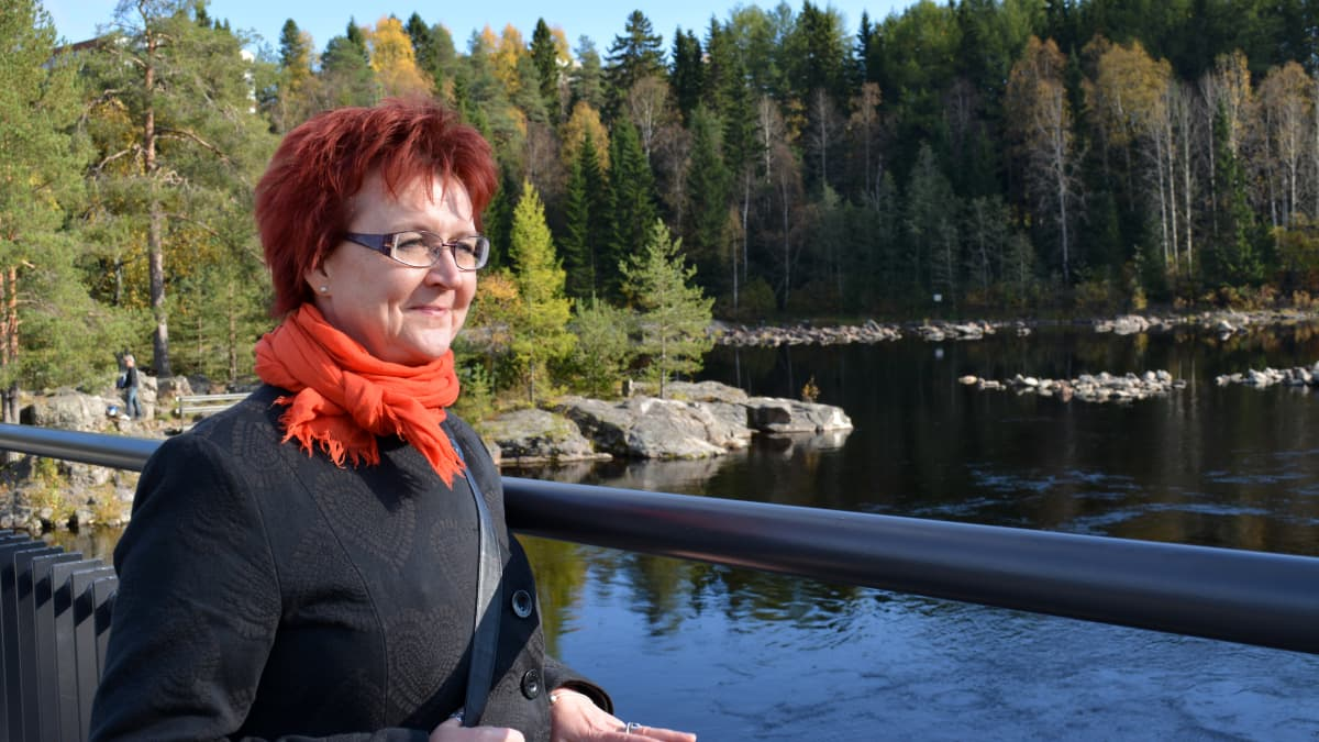 Tiina Kaakinen seisoo Kajaaninjoen varrella.