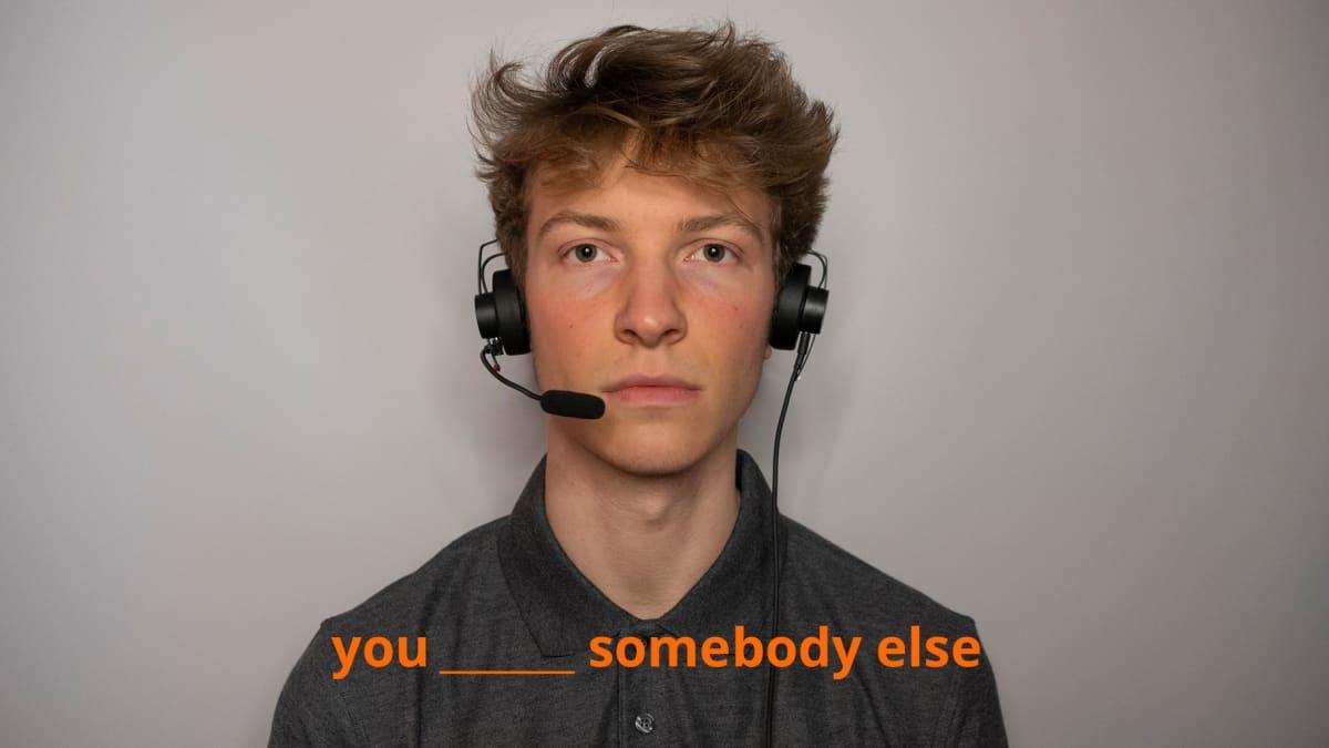 Kuvassa nuori mies katsoo suoraan kameraan, ja alareunan tekstissä on vajavainen lause, josta puuttuu verbi. You_somebody else.