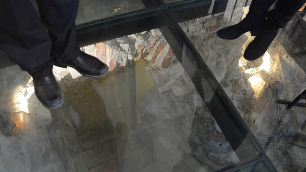 lasilattian läpi näkyy kellaria