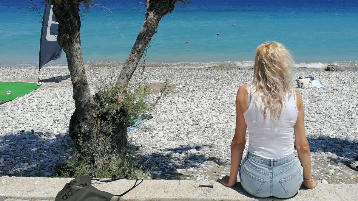 Jenni Korpi katselee Välimeren aaltoja Ixiassa Kreikan Rodoksella .
