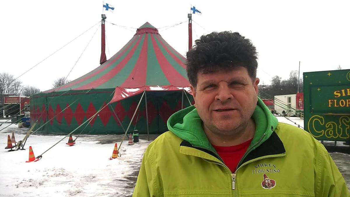 Sirkus Florentinon johtaja ja nokkamies Florentin Tzvetkov.
