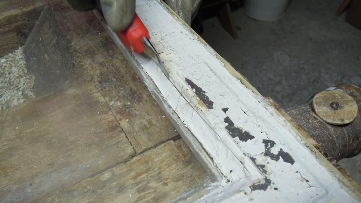 Kitti irtoaa ikkunan puitteesta esimerkiksi mattoveitsen avulla.