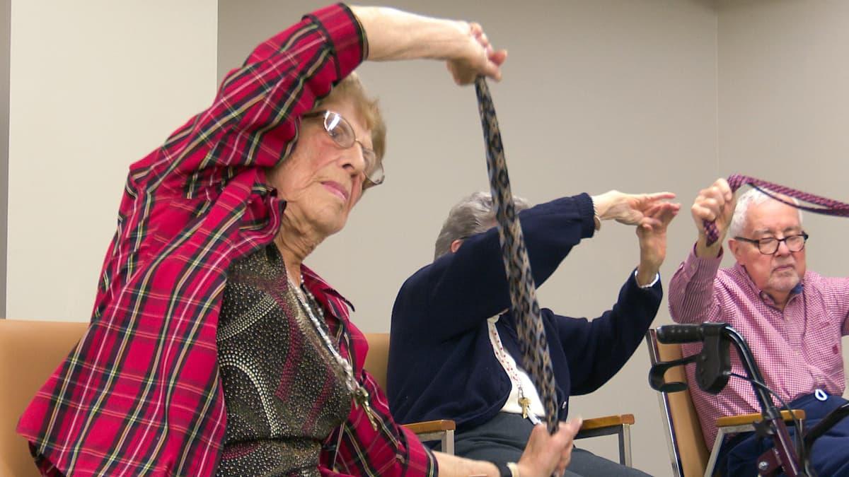 Linda Valley Villa -yhteisössä järjestetään päivittäin jumppaa yli 90-vuotiaille asukkaille.