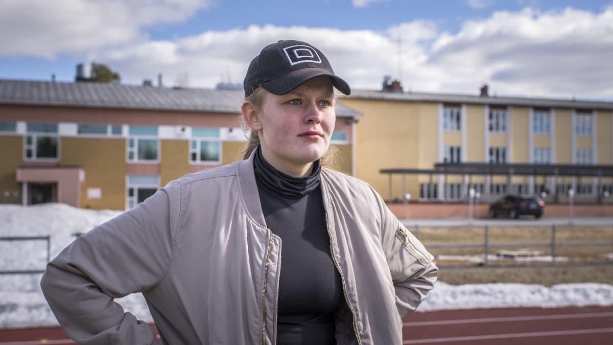Nivelsiteet venäyttänyt Perhon keskuskoulun oppilas Elisa Syrjälä seuraa sivusta toisten juoksuharjoitusta.