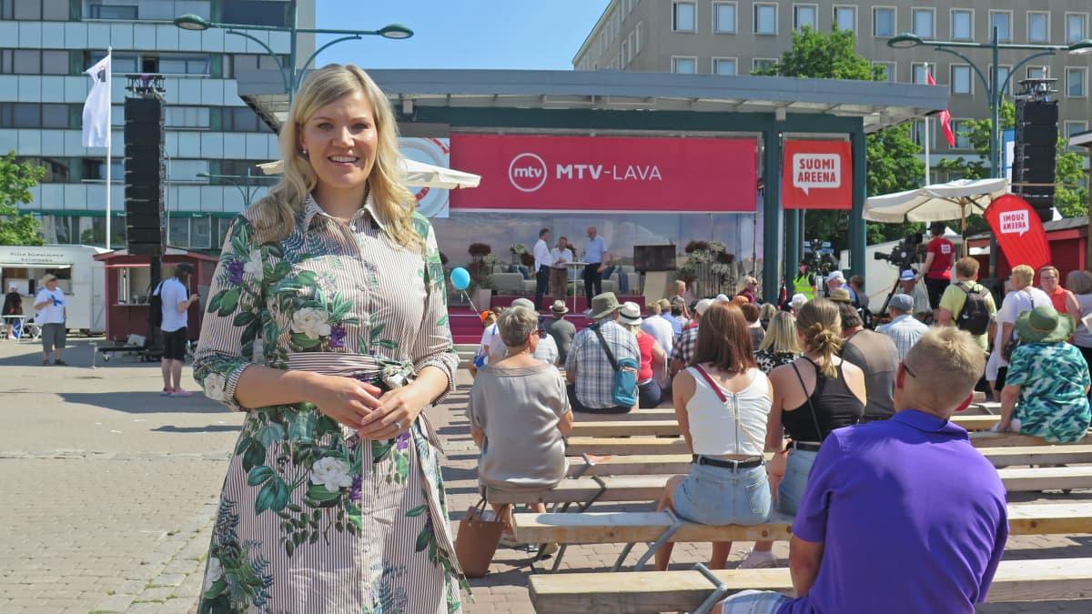 Sofia Vikman Porin torilla SuomiAreenan keskustelutilaisuudessa