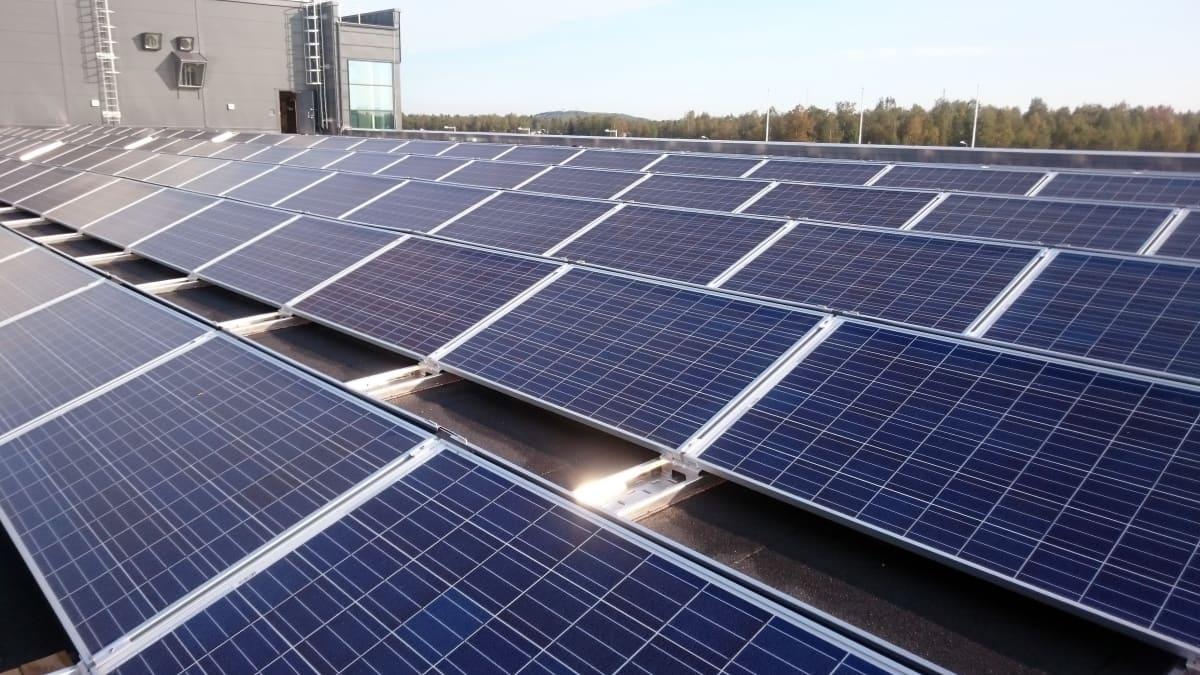 Aurinkopaneeleita Kalevan painotalon katolla Oulussa.
