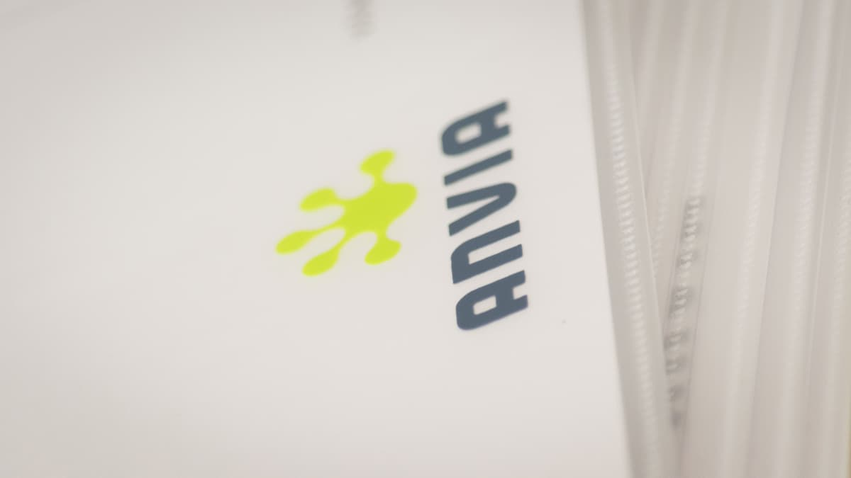 Anvian yhtiökokouksen valtakirjoja muovitaskuissa.