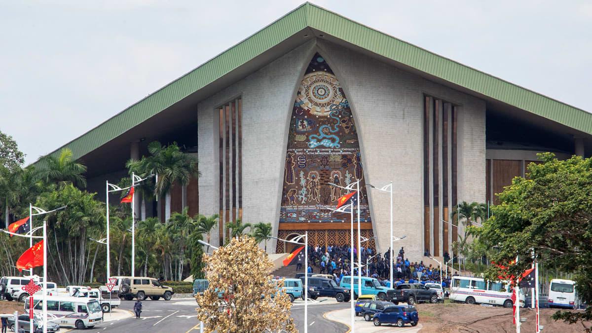Sadat poliisit ja vartijat rynnivät tiistaina parlamenttiin Papua-Uudessa-Guineassa.