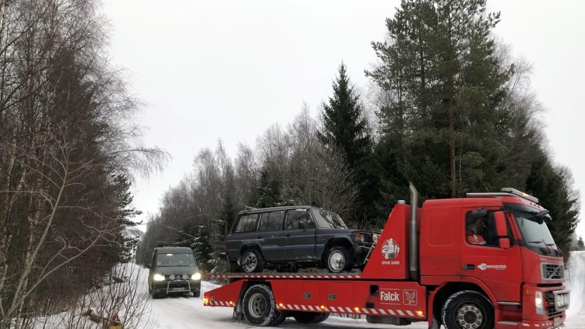 Onnettomuusautoa kuljetetaan pois paikalta.