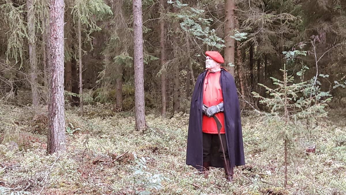 Pyöveliä dramatisoinnissa esittävä Markku Lento odottaa vuoroaan metsässä.