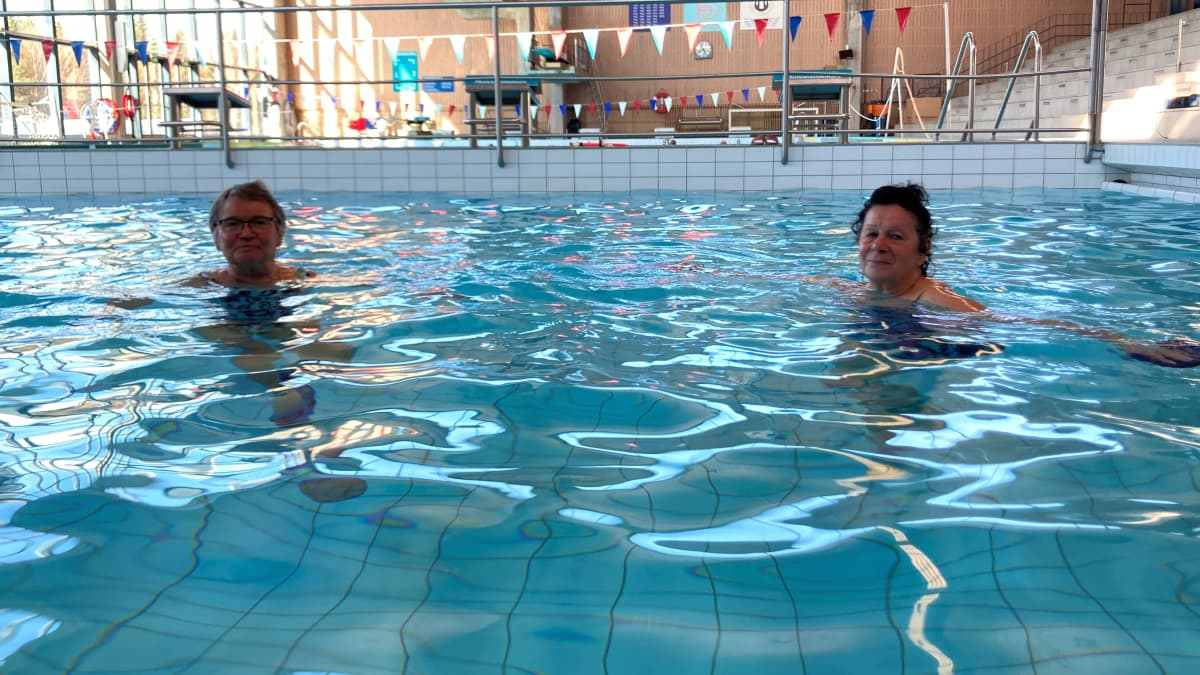 Vesijumppaajia Pirkkolan uimahallin altaassa maanantaina 17. päivä toukokuuta, kun hallit aukesivat pitkän tauon jälkeen.