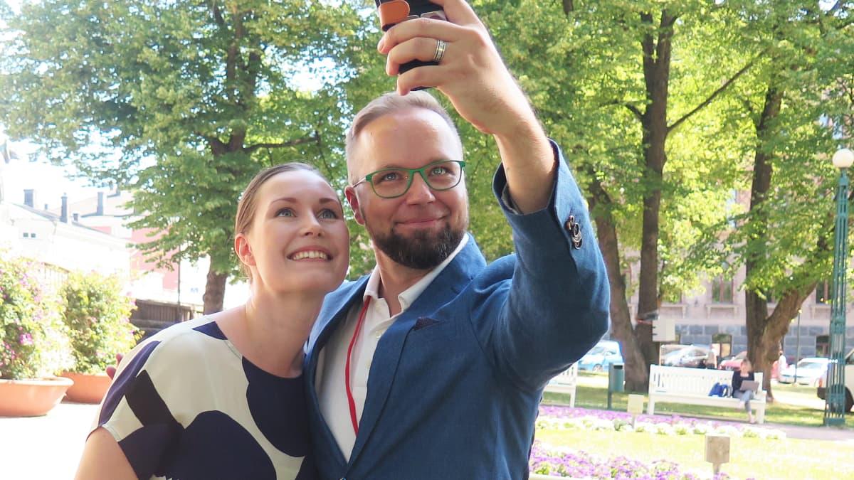 Sanna Marin ja Olli-Poika Parviainen ottavat yhteiskuvaa.