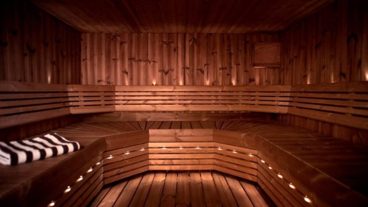 Lämpökäsitellyllä puulla verhoiltu sauna.