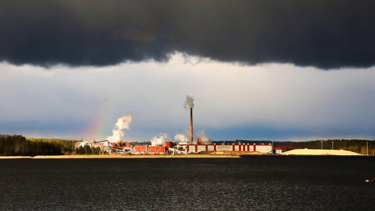 Tummat pilvet Kaipolan paperitehtaan yllä.