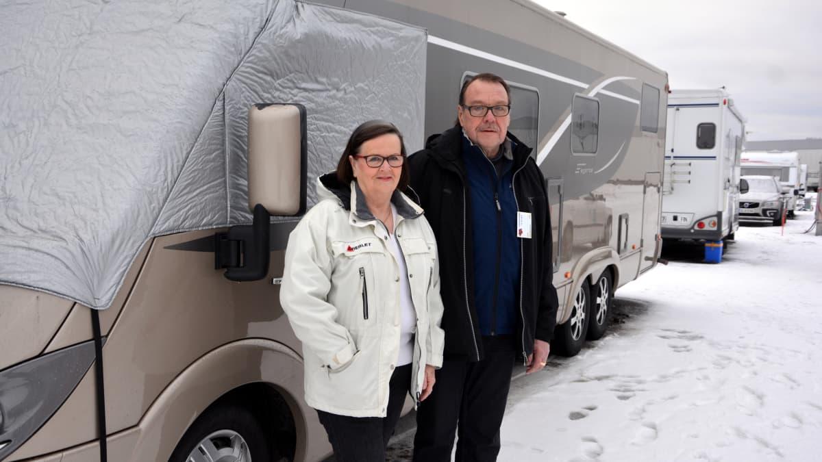 Turkulaiset karavaanarit Seija ja Tuomo Korsijärvi matkailuautonsa edessä Talvitreffeillä Turun Messukeskuksessa tammikuussa 2017.
